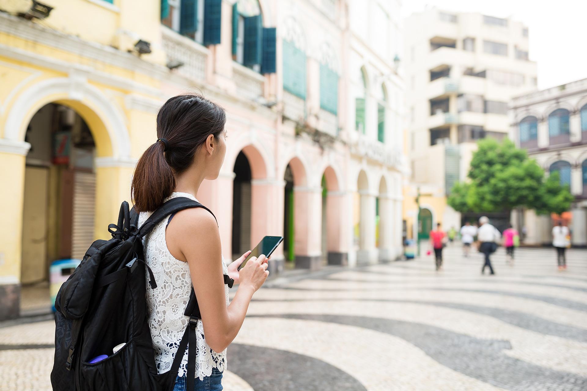 Turystka z plecakiem w mieście, ilustracja do artykułu o couchsurfingu