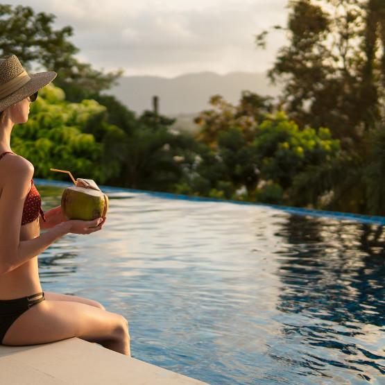 Kobieta siedząca na brzegu basenu