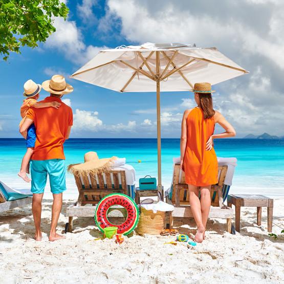 Rodzina na plaży, ilustracja do artykułu gdzie polecieć na wakacje